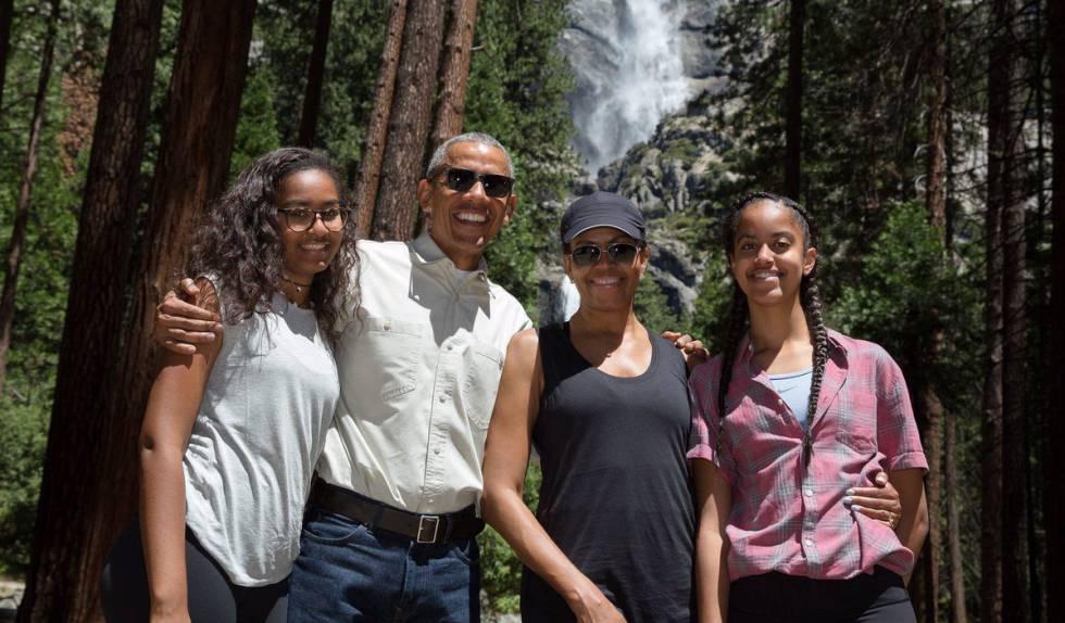 Barack y Michelle Obama con sus hijas, Sasha y Malia (derecha).