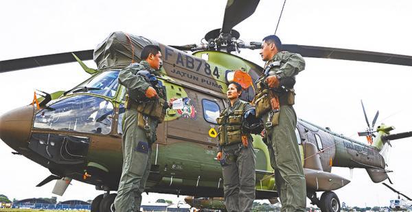 El teniente Miguel Ángel Crespo, la subteniente Lissette Flores y el teniente Juan Carlos Montaño están capacitados para volar un Super Puma