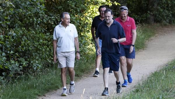 Paseo. El presidente del Gobierno en funciones, Mariano Rajoy, en un recorrido habitual en sus días de descanso en Galicia. /EFE