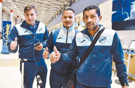 (De izq. a der.) Romel Quiñónez, Leonel Justiniano y Wálter Flores en el aeropuerto de El Alto antes de viajar a Chile. Foto: Ignacio Prudencio