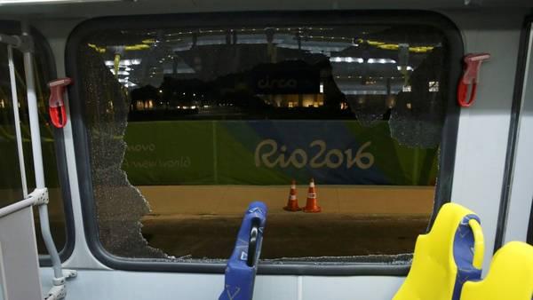 Un micro de la organización que trasladaba a periodistas fue atacado en Río de Janeiro. (Reuters)