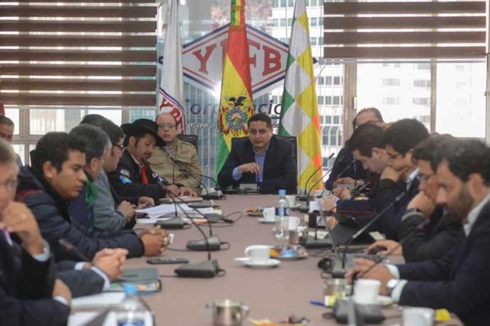 CUESTIONADO. El presidente de YPFB, Guillermo Achá (c), pasó por alto las observaciones de Chuquisaca y validó...