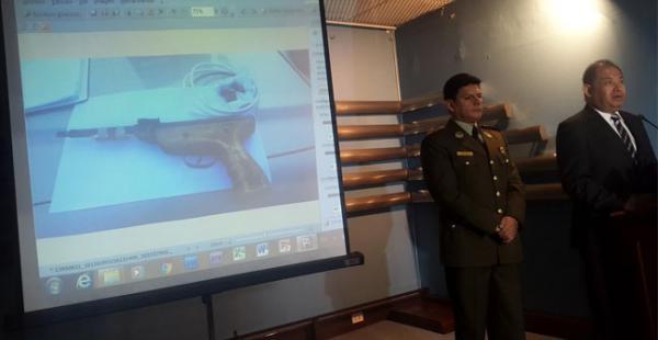 El ministro Romero durante la conferencia de prensa muestra el arma que halló la policía en una mochila de un presunto minero