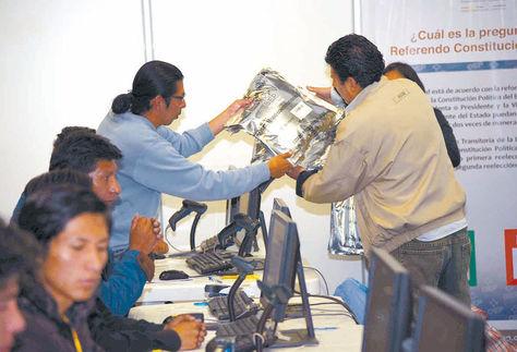 Trabajo del personal del TSE en el referéndum