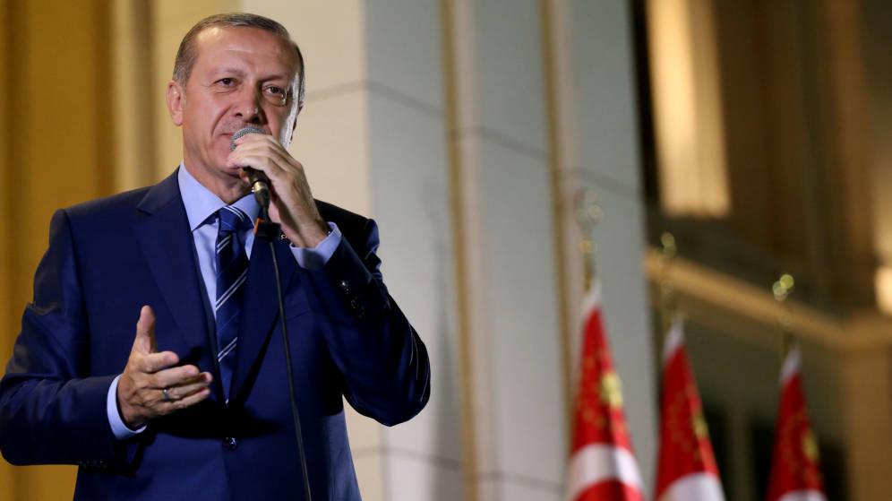 Foto: El presidente de Turquía, Tayyip Erdogan, en una alocución en la puerta del palacio presidencial este miércoles. (Reuters)
