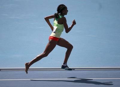 Etenesh Diro, de Etiopía, completó la carrera de 3.000 metros con obstáculos con un pie descalzo. REUTER