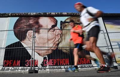 Icono. Una enorme imagen, en la famosa East Side Gallery, en Berlín, del beso entre Erich Honecker y Leonid Brezhnev, este sábado. /EFE