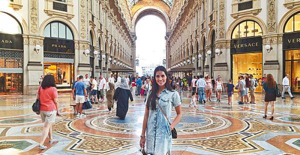 /no pasa desapercibida. linda por donde se la vea, stephanie, posando en la galería Vittorio Emanuele En Milán (Italia)