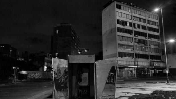Venezuela es un país sin gas. En cuanto cae la noche en Caracas, en una completa oscuridad, comienza un «toque de queda no oficial». Las calles se vacían por miedo a la delincuencia - Álvaro Ybarra Zabala