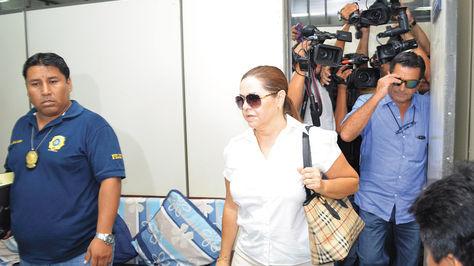 Erika Banzer, junto a su esposo, sale de un juzgado cruceño tras suspenderse su audiencia en marzo de 2015