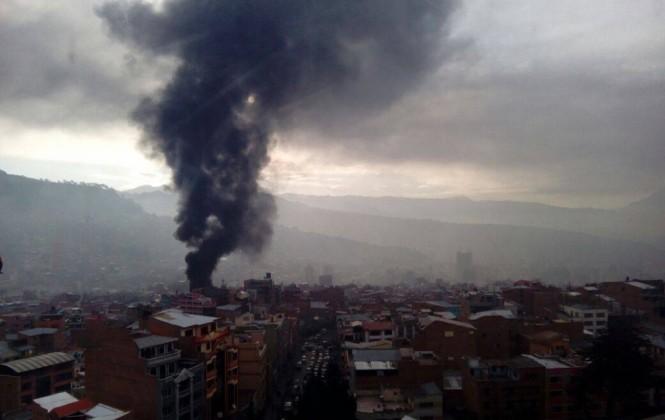 Incendio de magnitud se propaga en edificio de cinco pisos, hay cuatro bomberos heridos