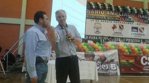 García Linera en el congreso del Pacto de Unidad. A su lado, el ministro de Trabajo, Gonzalo Trigoso