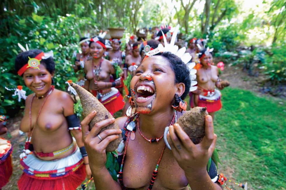 Mujeres de la islas Trobriand en trajes tradicionales.