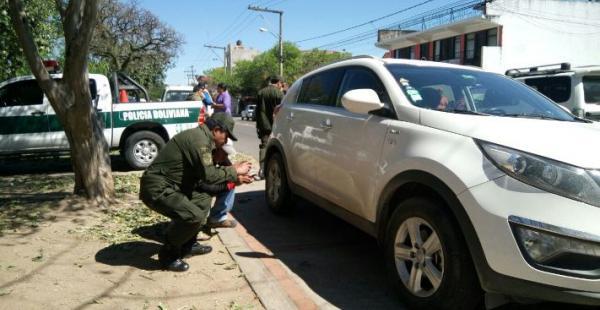 La Policía recoge un casquillo como prueba de los disparos