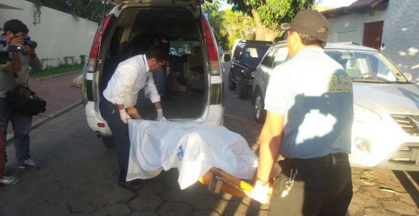 Agentes trasladan el cadáver de la víctima de la balacera