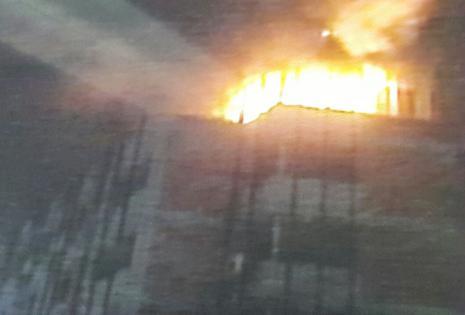 El fuego se apoderó del quinto piso, el último, del edificio Oriente