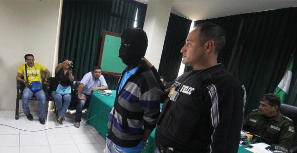 El adolescente infractor fue presentado ante los medios con capucha para no vulnerar sus derechos