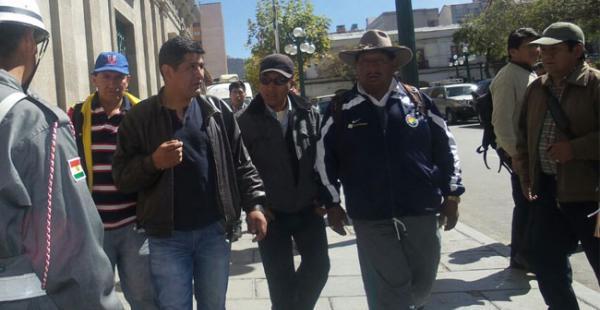 Guido Mitma llegando al Palacio de Gobierno acompañado de otros dirigentes de la COB para instalar las negociaciones