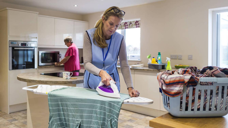 Foto: Hoy en día quien limpia la casa es porque quiere. (iStock)