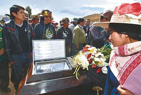 LUTO DE LOS MINEROS. Uno de los cooperativistas fallecidos fue velado en la carretera Cochabamba-Oruro, donde había bloqueos