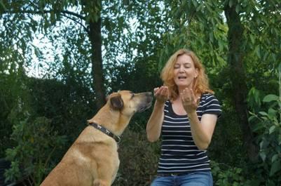 Rubio y Olivia juegan en el jardín (Facebook).