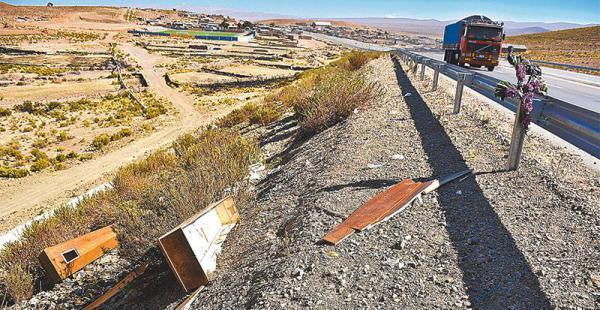 LAS HUELLAS DEL CONFLICTO. Un ataud destruido quedó a un lado de la carretera La Paz-Oruro, a la altura de Panduro. Ayer circuló la versión de que los cooperativistas mineros tenían dos cajones listos, uno para Illanes