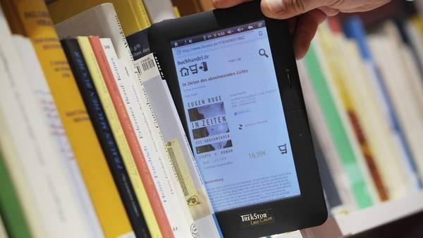 Otra forma de leer. Los libros electrónicos conviven con los de papel. /EFE