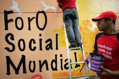 Activistas venezolanos pintan un mural con motivo del foro que se inaugura en Caracas hoy, 24 de enero