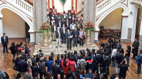 El ministro de Autonomías, Hugo Siles, en conferencia de prensa tras la conclusión de la reunión del CNA, el miércoles 31 de agosto.