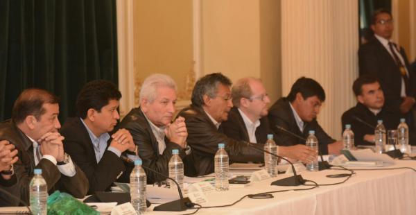 El Gobernador cruceño estuvo presente en la reunión, pero un impasse provocó que abandonara l reunión por pacto fiscal.