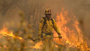 El bombero Johnny Miller combate las llamas de uno de los incendios forestales que afectan al estado de California. (Crédito: Justin Sullivan/Getty Images).
