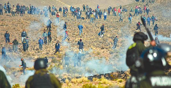 la tensión de la dinamita durante la última protesta minera Cooperativistas mineros se enfrentaron a los policías y secuestraron a un viceministro, que fue muerto a golpes