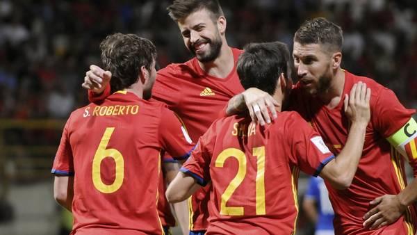 Los jugadores de la selección española celebran uno de los goles contra el débil conjunto de Liechtenstein, por las Eliminatorias Europeas para el Mundial de Rusia 2018. (EFE)