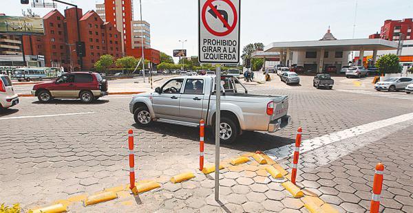 En la intersección de la av. Busch, muchos conductores siguen girando a la izquierda, pese a estar prohibido