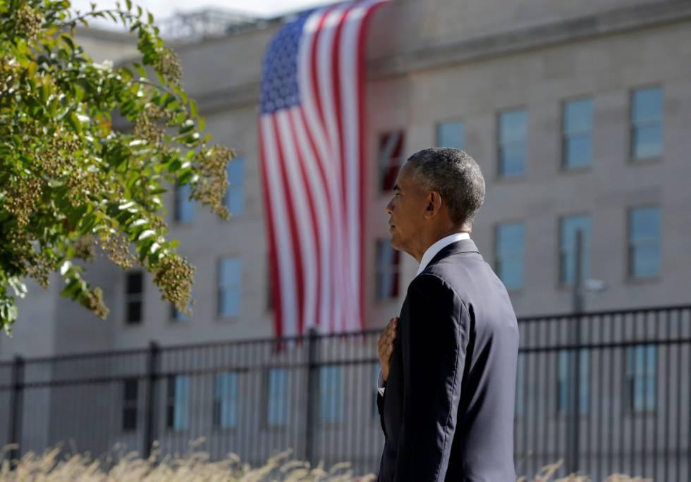 Obama escucha el himno durante el aniversario del 11-S en el Pentágono.