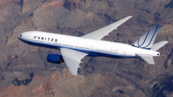 El vuelo 880 de United Airlines, que viajaba de Texas a Londres con 200 pasajeros, sufrió una repentina turbulencia.