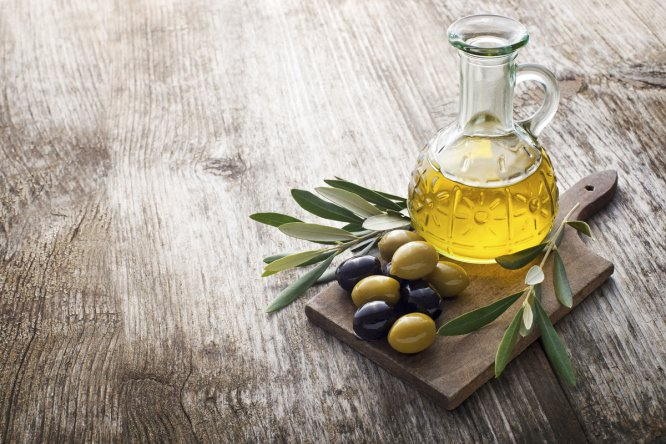 El oro líquido es la base de la cocina mediterránea. Buena para el corazón, el sistema digestivo y, ahora, la memoria. De su sabor no hace falta decir nada: no tiene parangón.