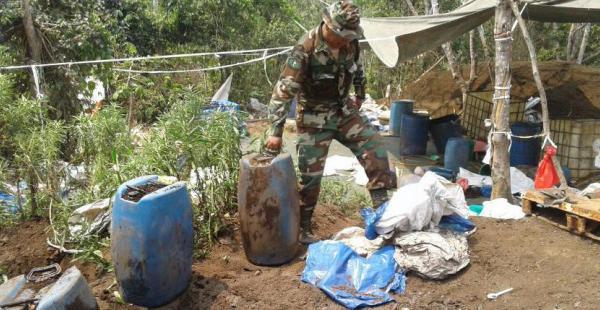 Un efectivo de la Fuerza Antidrogas en uno de los laboratorios clandestinos hallados en Chapare