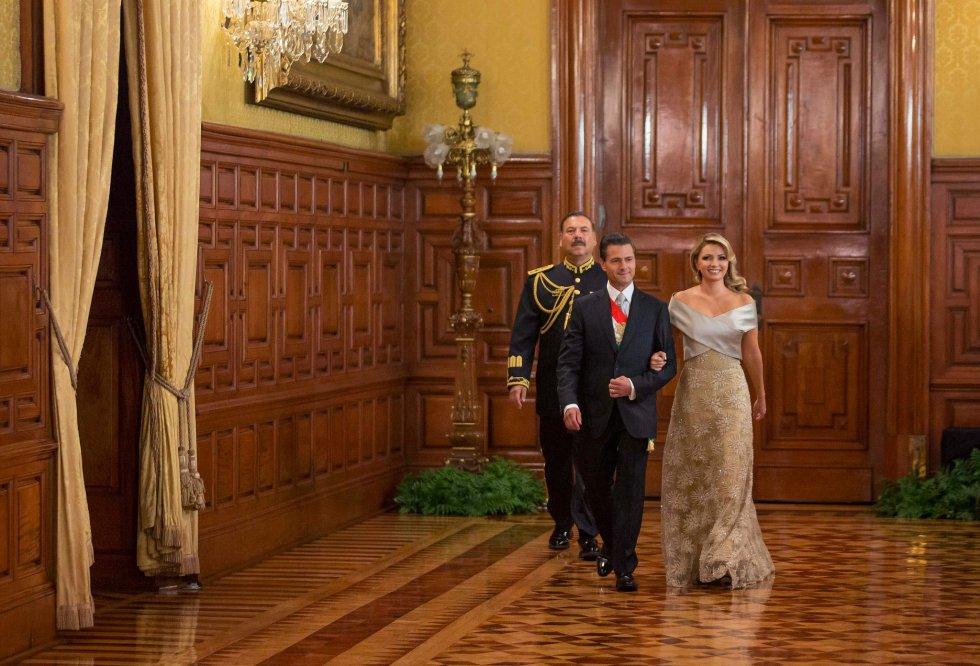 Para dejar de lado las críticas, Rivera eligió en 2015 un vestido del diseñador mexicano Alejandro Carlín. El diseño en color marfil fue de corte imperio con bordados.