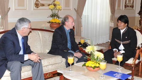 Eduardo Rodríguez Veltzé, Antonio Remiro Brotons y el presidvo Morales en una reunión en el Palacio de Gobierno. Foto: Archivo