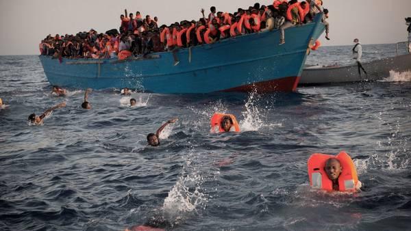 Rescate. Decenas de refugiados hacinados en un barco que intentaba cruzar de Libia a Italia, a fines de agosto. /AP