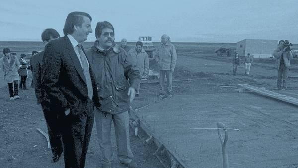 Aquellos días. Néstor Kirchner, entonces gobernador de Santa Cruz, recorre una obra con Julio De Vido. Era 1995 y el dinero ya se estaba moviendo.