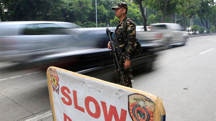 Un militar vigila el tráfico en un puesto de control, Manila, Filipinas, 8 de septiembre de 2016.
