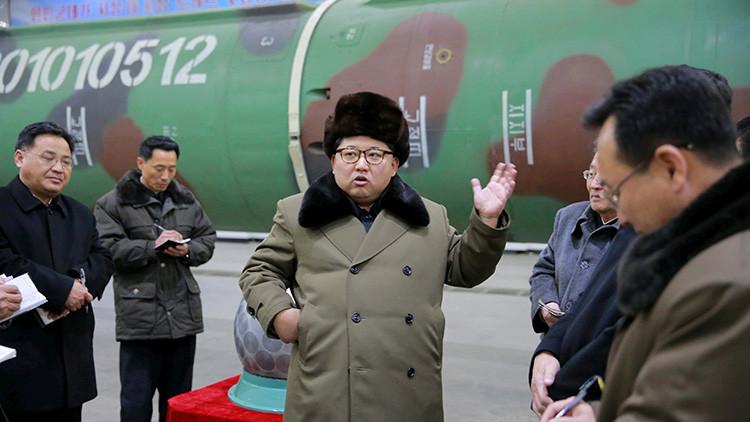 El líder de Corea del Norte Kim Jong-un se encuentra con los científicos y técnicos de la esfera de investigación de las armas nucleares