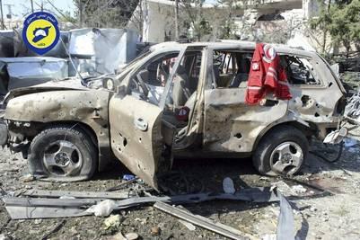 Los restos del convoy de ayuda humanitaria de la Media Luna Roja bombardeado anoche en la zona de Auram al Kubra, en el oeste de la provincia de Aleppo. (EFE)