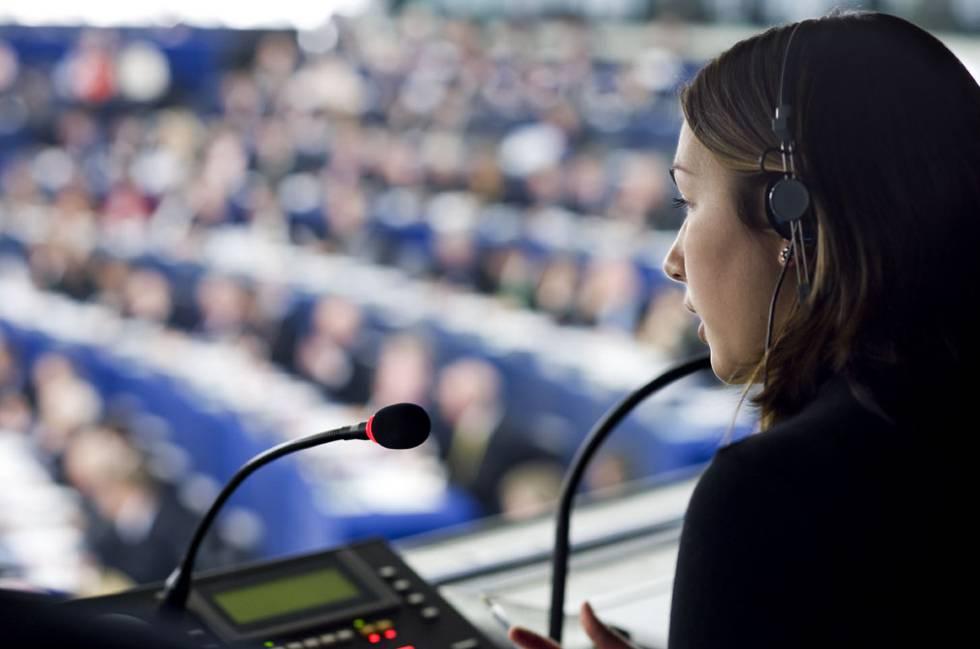 Una traductora trabaja durante un pleno del Parlamento Europeo.