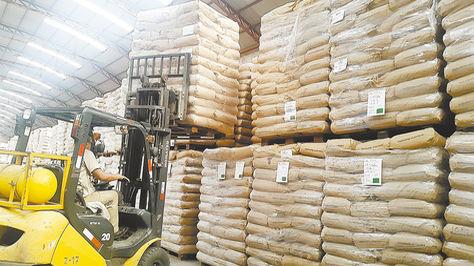 Bolsas de leche en polvo acopiadas en el almacén que tiene la empresa en Cochabamba. Foto: PIL