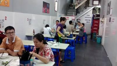 Los últimos comensales de esa noche de julio en el restaurante Bún cha Huong Liên