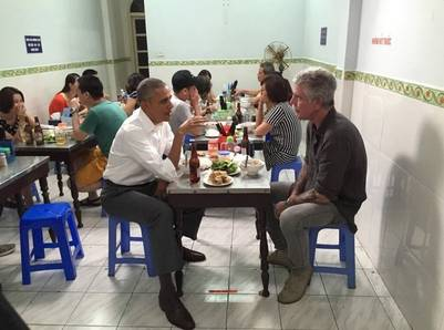 Barack Obama  y Anthony Bourdain en plena cena.