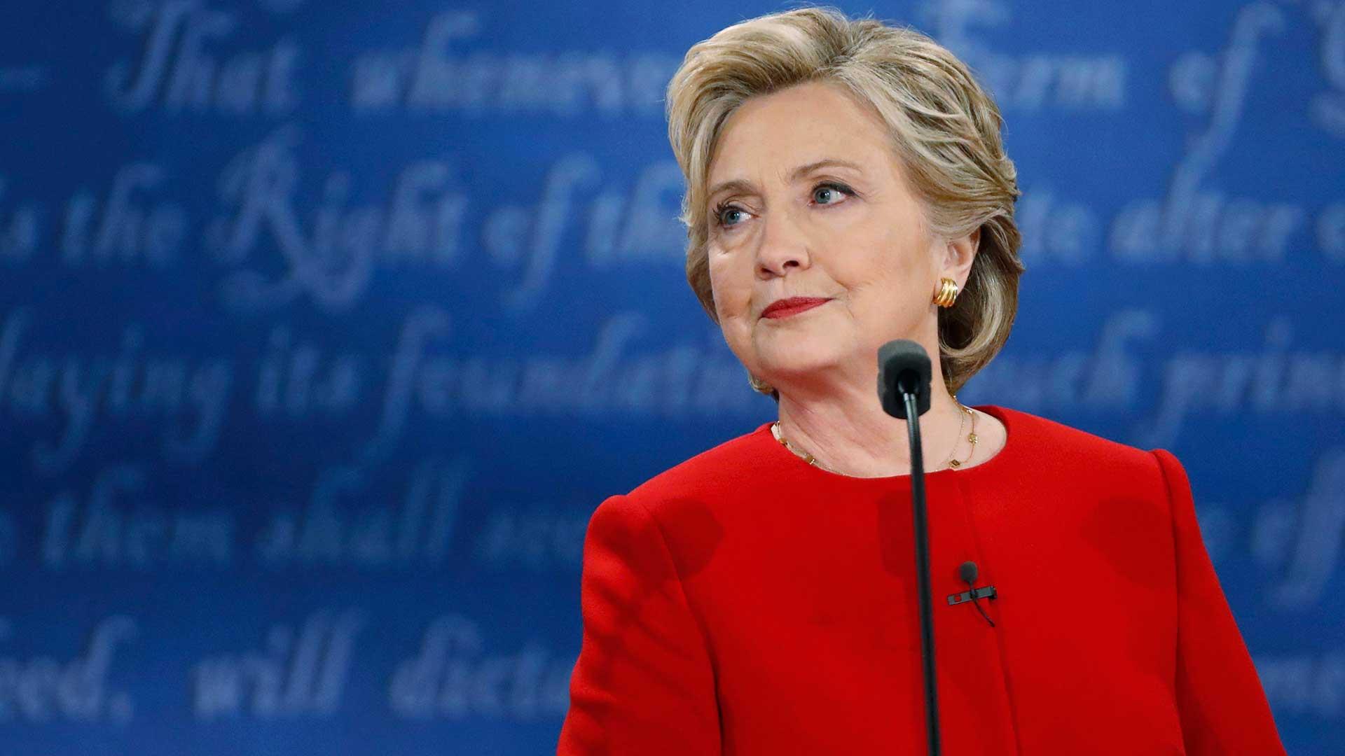 (Reuters) Hillary Clinton fue la primera en contestar una pregunta del moderador Lester Holt, sobre su plan para crear mejores puestos de trabajo para los trabajadores estadounidenses